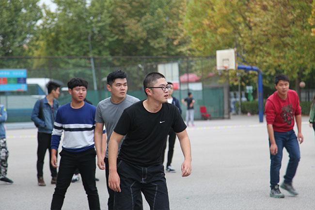 北京星干线的艺考学生在北京星干线的篮球场进行篮球比赛图