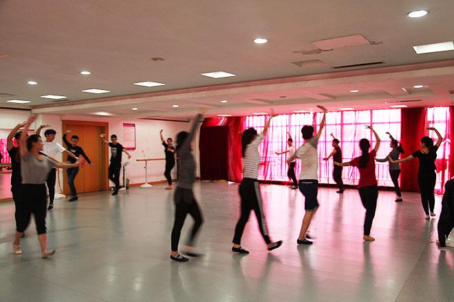 北京星干线表演专业学员进行形体测试