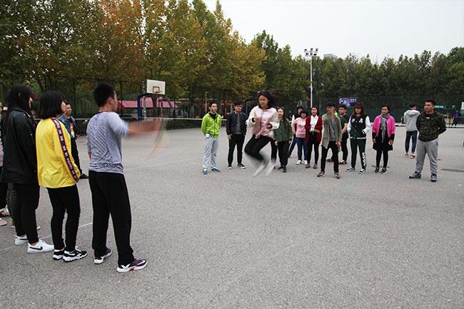 北京星干线的艺考学生在北京星干线的篮球场进行跳绳比赛图
