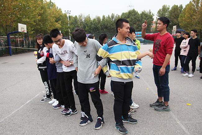北京星干线的艺考学生在北京星干线的篮球场进行趣味游戏图