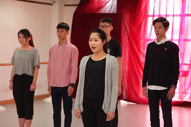 北京星干线表演专业学员进行声乐测试