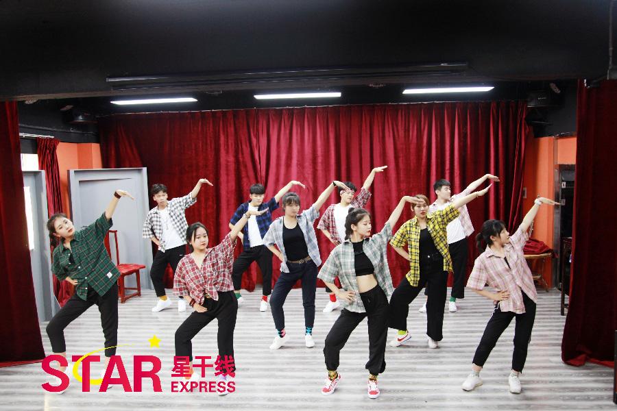 星干线艺考学员排练开场舞蹈