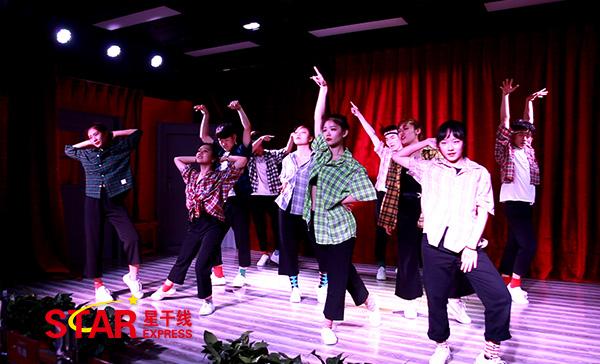 星干线艺考传媒学员表演青春洋溢的开场舞